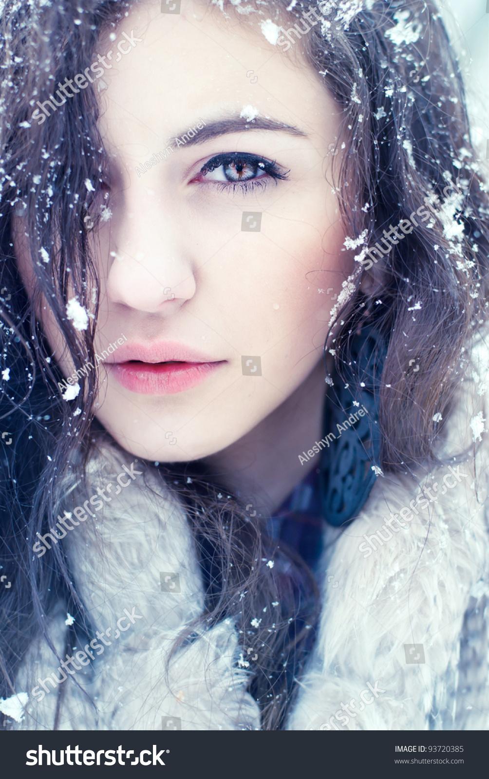 portrait pretty girls winter photos cold の写真素材 今すぐ編集