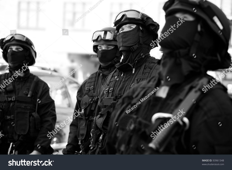 Aika 黒人 サブディビジョンの反テロ警察は、黒人の戦術訓練を見守った