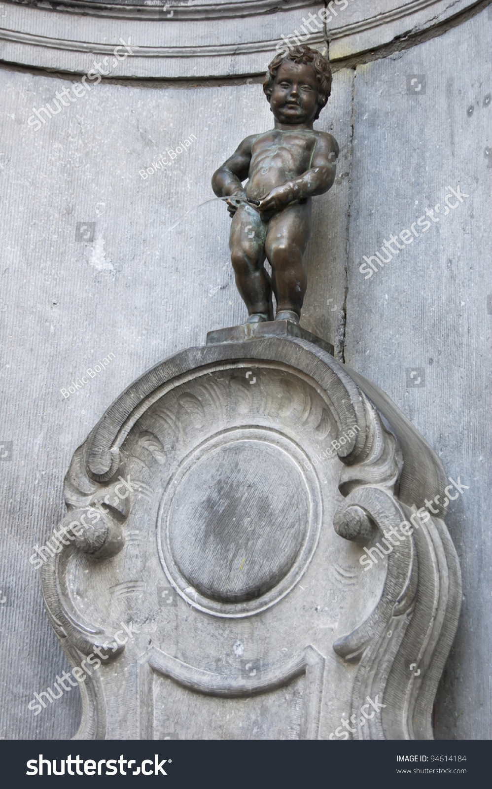 Brussels statue famous peeing in