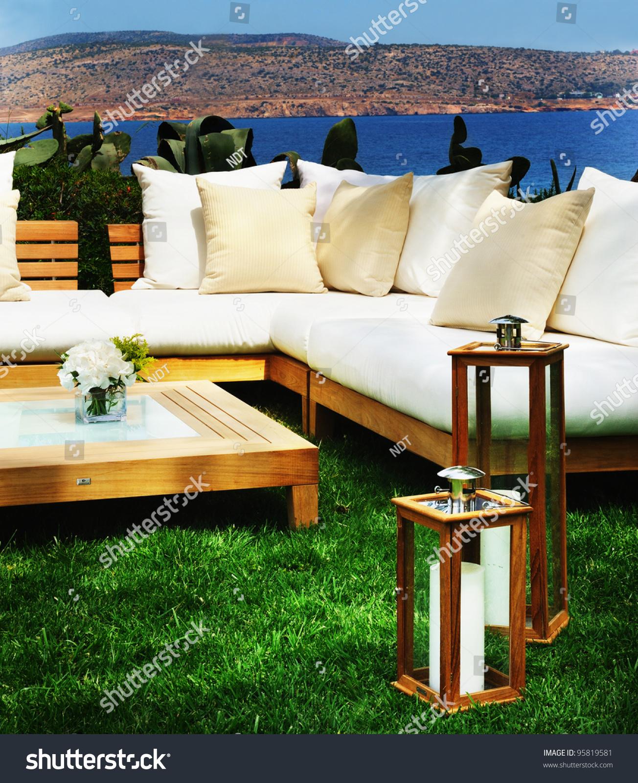 D co decoration de lounge bar 31 la rochelle armoire pas cher conforama armoire conforama for Deco lounge bar restaurant