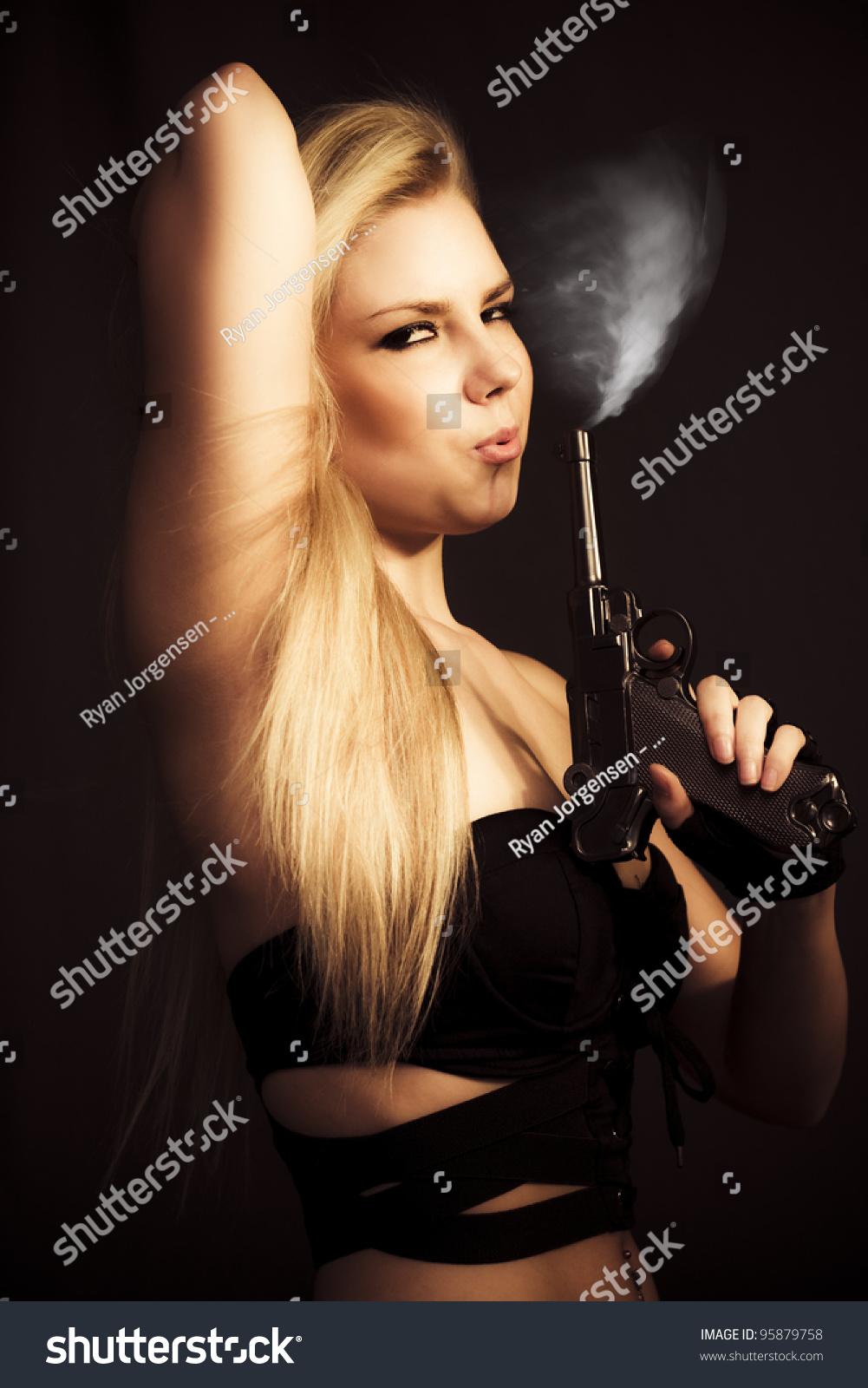 Фото девушка дует дым