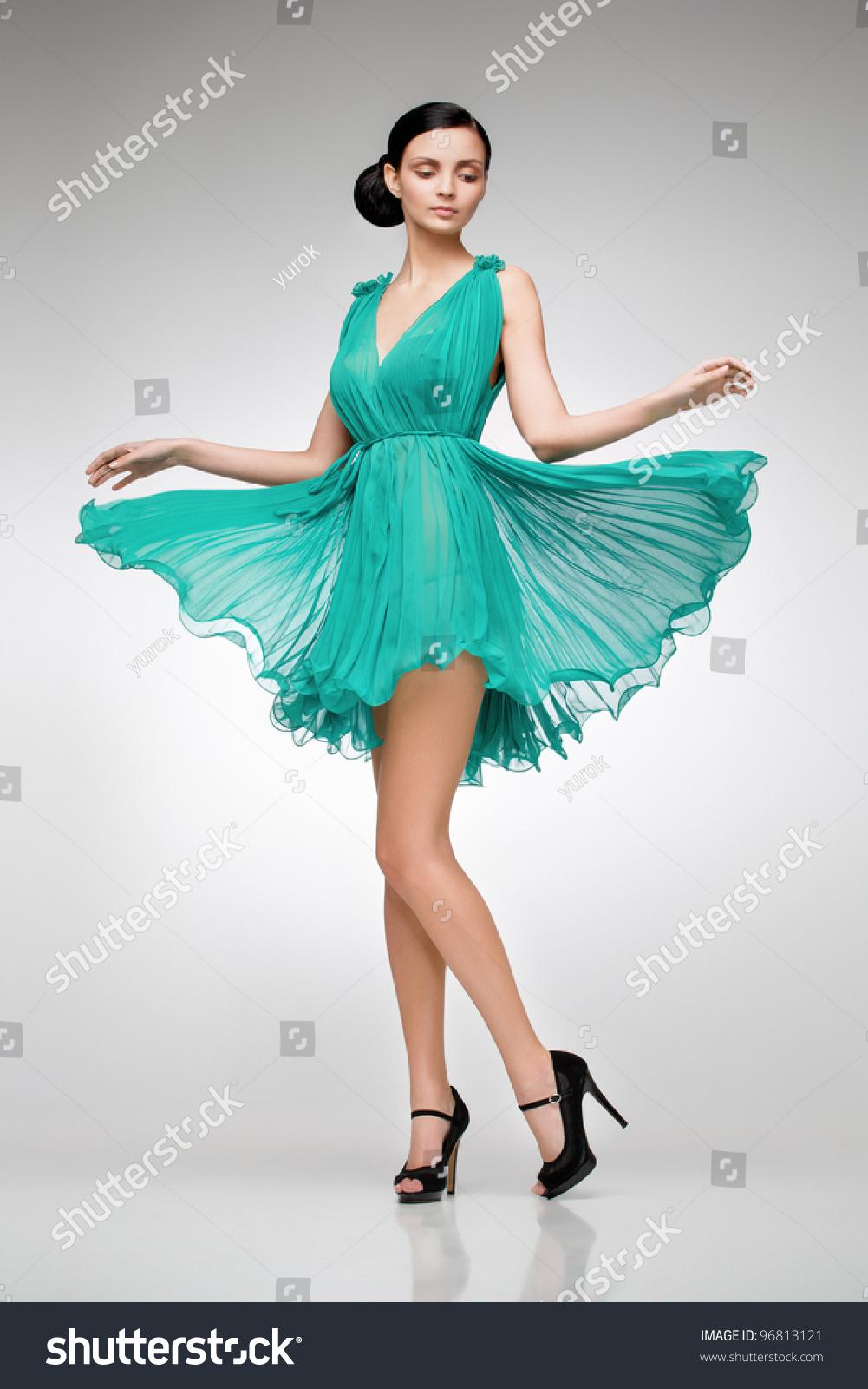 Фото девушки в платье в студии