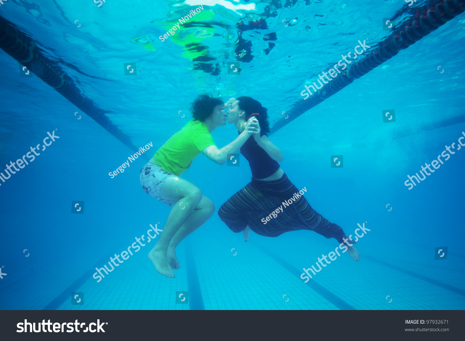 Couple Kissing Underwater In The Pool Stock Photo 97932671 Shutterstock
