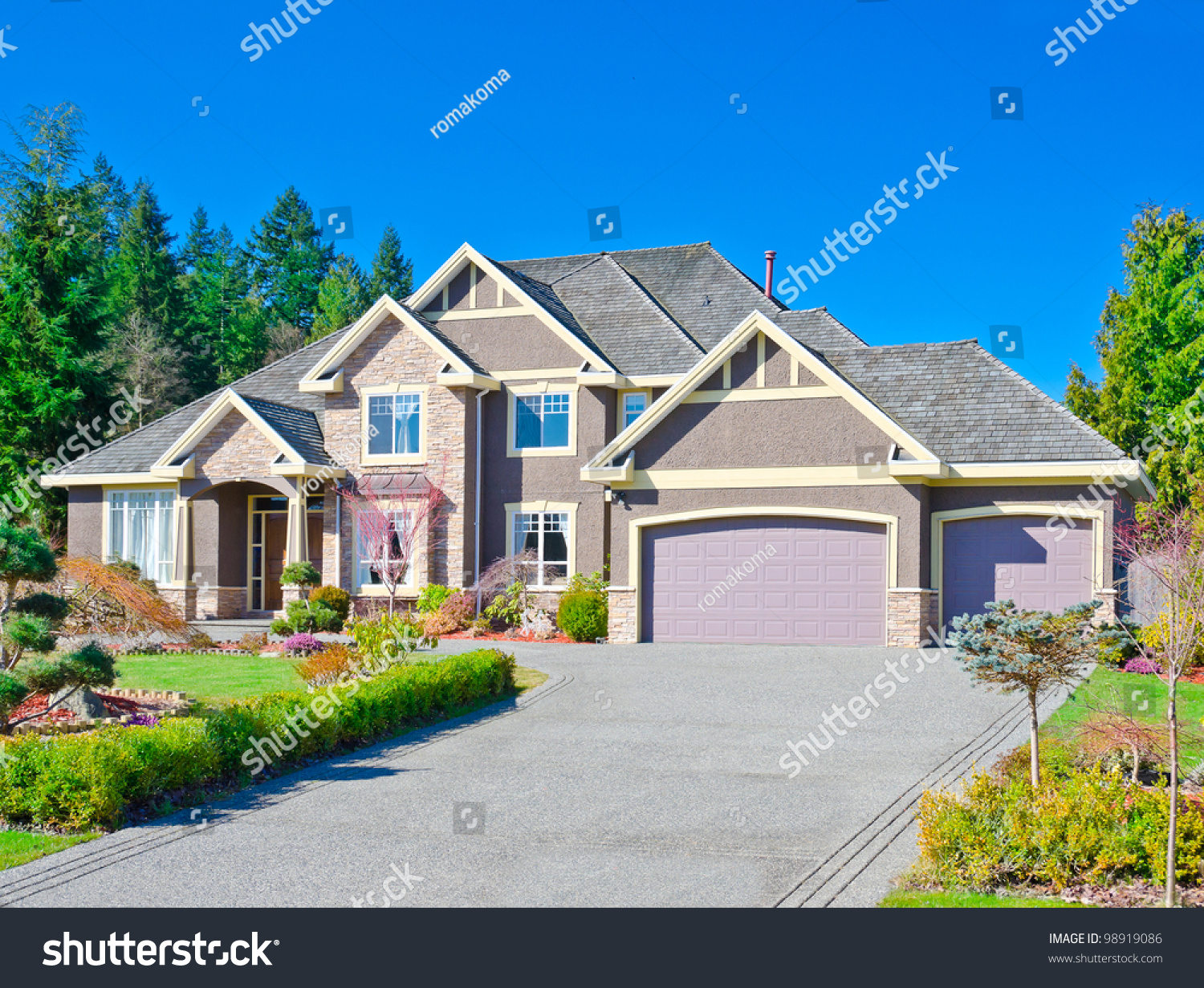 Luxury three garage entrance house in the suburbs of for Entrance from garage to house